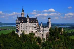 O Castelo Neuschwanstein, que serviu de inspiração para o Castelo da Cinderela, da Disney, fica na Baviera.